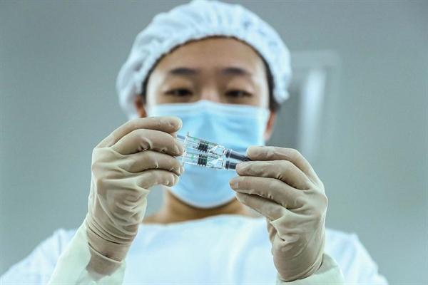 Trung Quốc đã phê duyệt có điều kiện một loại vaccine COVID-19 do công ty nhà nước Sinopharm phát triển. Đây là vaccine đầu tiên được chấp thuận cho sử dụng chung ở Trung Quốc. Ảnh: AP.