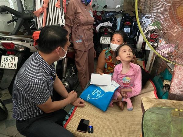 Ông Huỳnh Văn Tẩn đến thăm hỏi và động viên các chị em phụ nữ có hoàn cảnh khó khăn trên địa bàn TP.HCM.