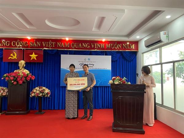 Ông Huỳnh Văn Tẩn, đại diện PNJ trao bảng giá trị tượng trưng cho Hội Liên hiệp Phụ nữ TP.HCM.