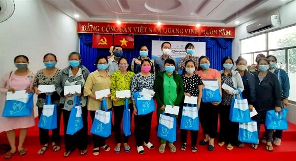 Đại diện PNJ và Hội Liên hiệp Phụ nữ Thành phố trao quà.
