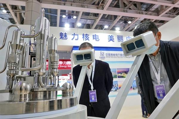 Khách tham quan triển lãm công nghiệp vào năm 2020 ở Trung Quốc xem một mô hình lò phản ứng năng lượng hạt nhân thông qua tai nghe thực tế tăng cường. Ảnh: VCG.