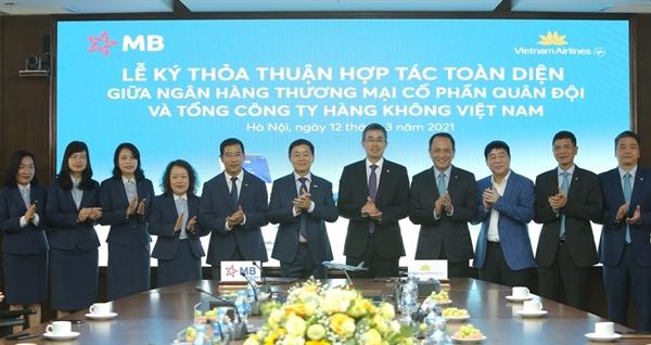 """Ông Lưu Trung Thái, Phó Chủ tịch HĐQT, Tổng Giám đốc MB, cho biết: """"Với tầm nhìn trở thành Ngân hàng thuận tiện nhất trong năm 2021, MB mong muốn được hợp tác lâu dài với những đối tác có chung khát vọng và mục tiêu, trong đó có Tổng công ty Hàng không Việt Nam – một đối tác MB đánh giá rất cao. Với tệp khách hàng có thu nhập tốt và nhu cầu bay lớn, MB tin tưởng việc hợp tác với Vietnam Airlines sẽ không chỉ tạo ra những giá trị liên quan đến hoạt động tín dụng cho khách hàng mà còn mang đến những trải nghiệm mới, thuận tiện nhất cho khách hàng hai bên."""""""