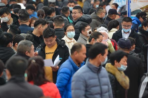 Các ứng viên đang chuẩn bị tìm việc làm tại hội chợ việc làm ở Phụ Dương, Trung Quốc. Ảnh: SOPA.
