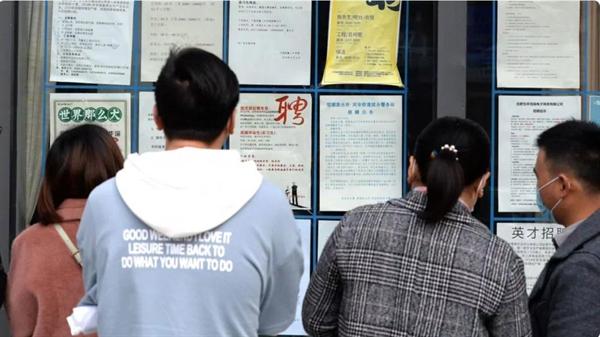 Giới trẻ Trung Quốc chật vật tìm kiếm việc làm khi tỉ lệ thất nghiệp nước này giữ ở mức 13,1%. Ảnh: SCMP.