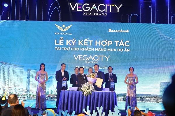Ông Phạm Tấn Minh – giám đốc ngân hàng Sacombank chi nhánh tỉnh Khánh Hòa, đại diện cho ngân hàng Sacombank ký kết hợp tác với chủ đầu tư KDI Holdings.