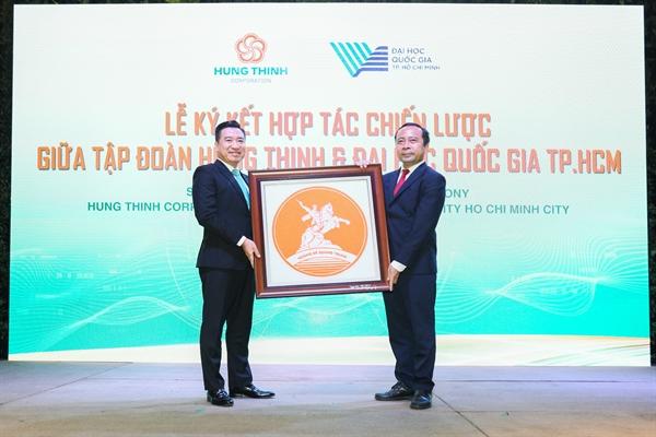 Ông Nguyễn Đình Trung trao quà lưu niệm cho PGS.TS Vũ Hải Quân.