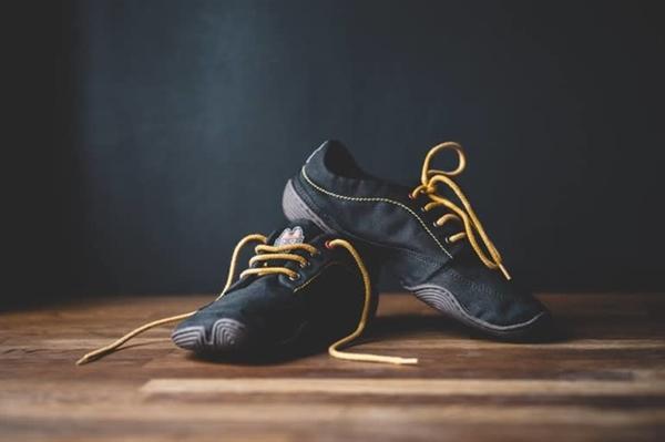 Bộ trang phục ở ảnh trên của Issey Miyake và đôi giày này của Wildling của Đức đều sử dụng chất liệu washi. Ảnh: ITOI LSR.