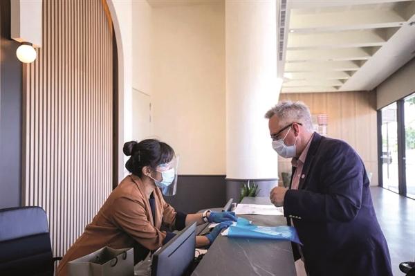 Ông Olivier Leroux, Giám đốc Điều hành và Chủ tịch của Oasis Smart Sim làm thủ tục check-in tại Connect@Changi, ông là một trong những vị khách đầu tiên sử dụng dịch vụ tại cơ sở này.