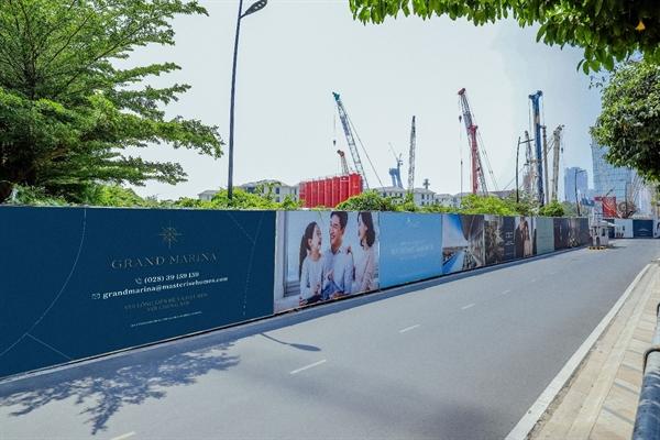 Tường rào bao quanh khu vực thi công dự án Grand Marina, Saigon trên đường Nguyễn Hữu Cảnh. Ảnh: TL.