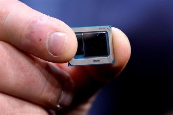 Một chip Intel Tiger Lake được trưng bày tại một cuộc họp báo của Intel trong CES 2020 ở Las Vegas, Nevada, Mỹ ngày 6.1.2020. Ảnh: Reuters.