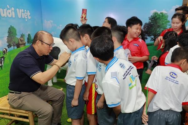 Là một đại sứ thương hiệu uy tín, HLV Park Hang Seo luôn tích cực ủng hộ các hoạt động xã hội đầy ý nghĩa của VPMilk dành cho các em nhỏ trên khắp mọi miền đất nước.