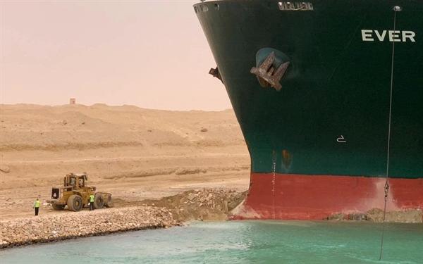 """Tàu Ever Given đi vào kênh đào Suez từ Biển Đỏ và được cho là đã bị sự cố """"mất lái"""" bởi giữa gió lớn và bão bụi. Ảnh: AFP."""