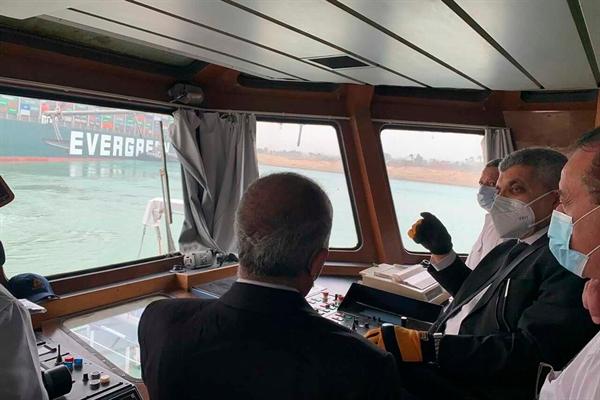 Cơ quan quản lý kênh đào Suez xem xét con thuyền bị mắc kẹt vì hàng chục tàu chở dầu và khí đốt tự nhiên hóa lỏng đã bị tắc nghẽn trên tuyến đường. Ảnh: AP.