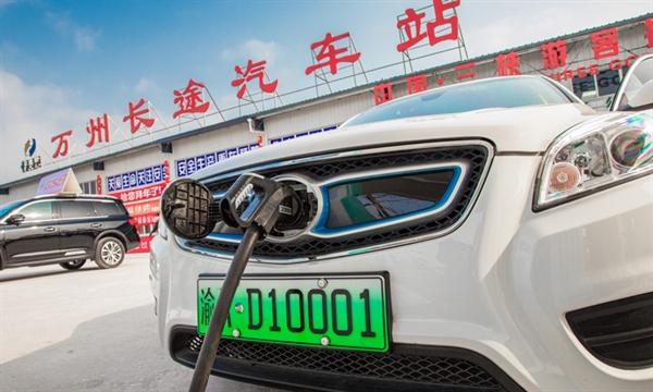Giá pin EV sẽ giảm còn dưới 100 USD/ kWh vào năm 2023. Ảnh: Intelligent Transport.