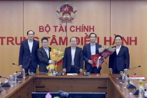 Thứ trưởng Huỳnh Quang Hải trao Quyết định bổ nhiệm Lãnh đạo Sở GDCK Việt Nam. Ảnh: Bộ Tài chính.