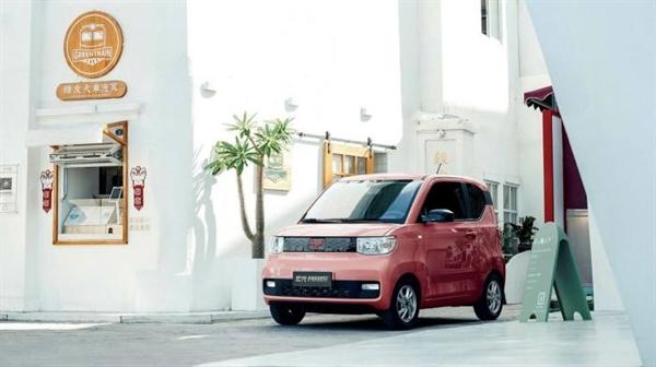 Xe điện bán chạy nhất của Trung Quốc trong tháng 8.2020 là Wuling Hong Guang Mini EV, với giá khoảng 4.200 USD, chỉ bằng một phần nhỏ so với xe Tesla Model 3. Ảnh: Financial Times.