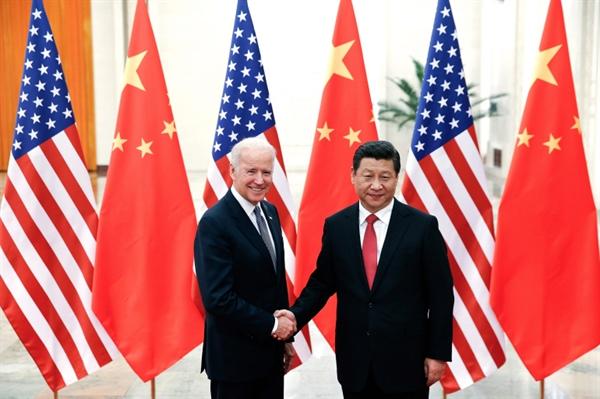 Chủ tịch Trung Quốc Tập Cận Bình, bên phải, bắt tay Phó Tổng thống Mỹ lúc bấy giờ là ông Joe Biden tại Đại lễ đường Nhân dân ở Bắc Kinh, Trung Quốc năm 2013. Ảnh: AP.