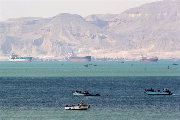 Lối vào của Kênh đào Suez đã bị chặn bởi tàu container Ever Given trong suốt gần 1 tuần. Ảnh: Reuters.