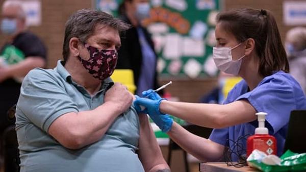 Tiêm vaccine COVID-19 cho công chúng tại một trung tâm tiêm chủng hàng loạt của Aneurin Bevan Health Trust ở Newbridge, Wales vào ngày 14.3.2021. Ảnh: CNBC.