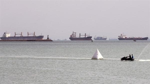 Hơn 230 tàu đang chờ để đi vào kênh đào Suez, qua đó mọi hoạt động hàng hải đã bị đình chỉ. Ảnh: EPA.