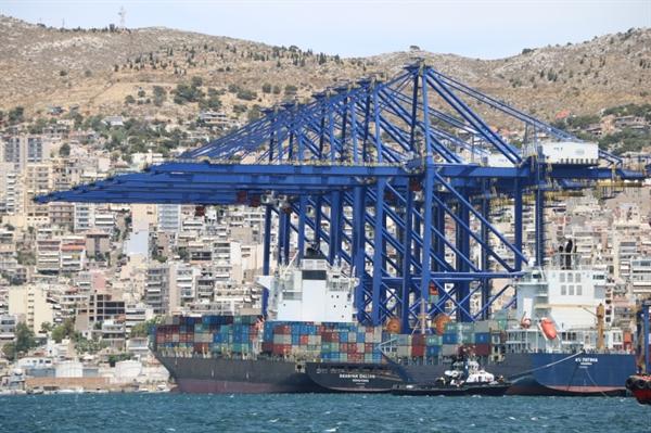 Nếu cuộc khủng hoảng kéo dài, các tàu chở hàng từ Trung Quốc sẽ cập những cảng khác ở châu Âu thay vì Piraeus. Ảnh: Al Jazeera.