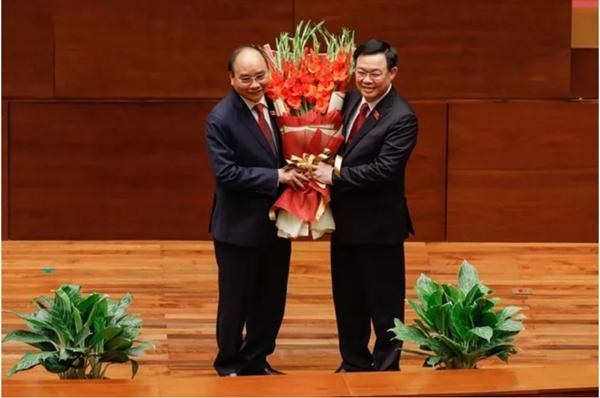 Chủ tịch Quốc hội Vương Đình Huệ đã tặng hoa chúc mừng Chủ tịch nước Nguyễn Xuân Phúc. Ảnh: VGP.