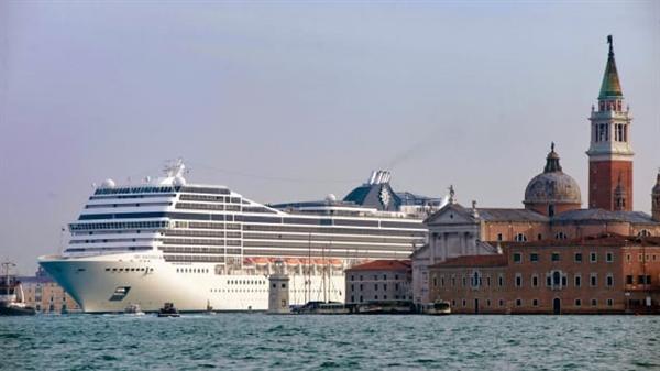Tàu du lịch MSC Magnifica đi qua gần Quảng trường St Mark ở lưu vực Venice vào ngày 23.1.2011. Ảnh: AFP.