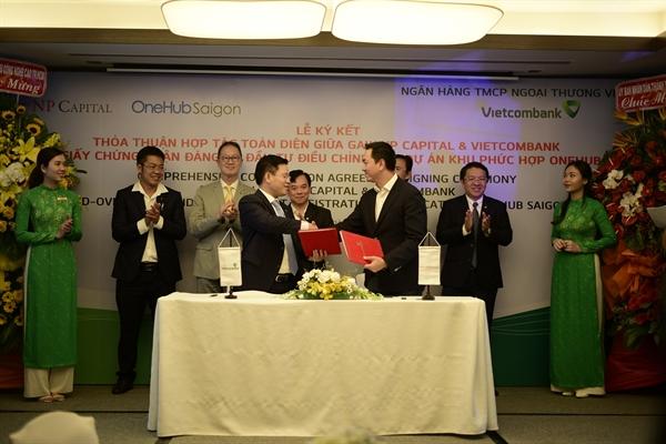 Ông Ngô  Minh Nhựt - Đại diện Ngân hàng Thương mại Cổ phần Ngoại thương Việt Nam – Chi nhánh Tân Định (bên trái) và Ông Võ Sỹ Nhân - Tổng Giám đốc Gaw NP Capital (phải) ký kết văn bản Thỏa thuận Hợp tác toàn diện.