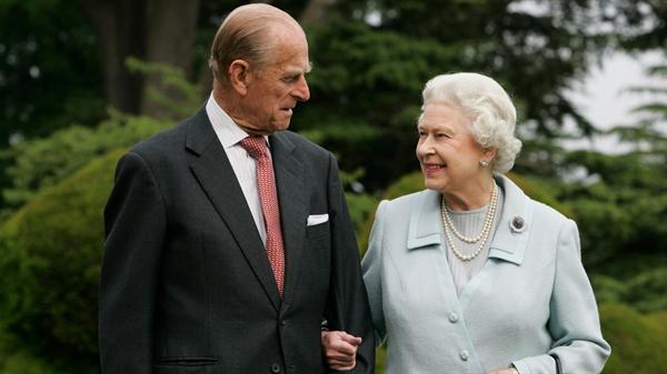 Hoàng thân Philip là người hỗ trợ suốt đời của vợ mình - Nữ hoàng Elizabeth. Ảnh: Closer Weekly.