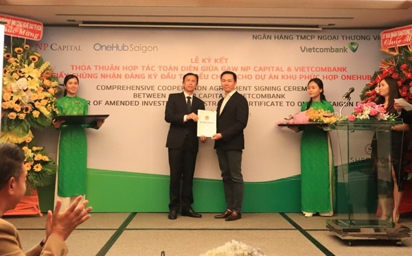 Ông Nguyễn Anh Thi, Trưởng Ban Quản lý Khu Công nghệ cao TP.HCM (trái).