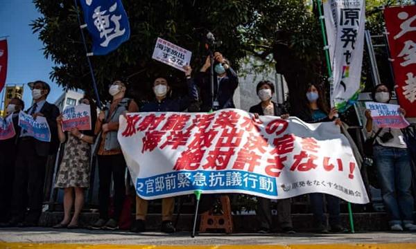 Các nhà hoạt động tham gia một cuộc biểu tình phản đối kế hoạch của chính phủ Nhật Bản xả nước đã qua xử lý từ nhà máy hạt nhân Fukushima ra biển. Ảnh: AFP.