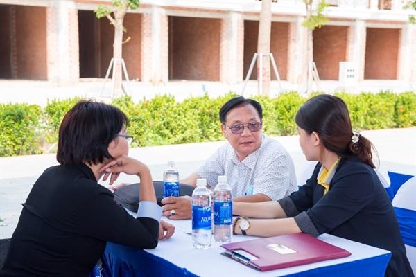 Nhân viên kinh doanh tư vấn về những lợi thế cạnh tranh của Cite' D'amour tại thị trường Dĩ An.