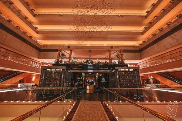 Mặt ngoài mê hoặc của quán bar Mahattan, nằm trong khách sạn Regent. Ảnh: AdventureFaktory