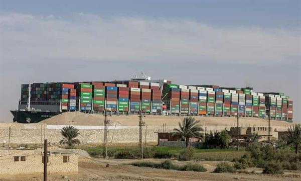 Tàu siêu trọng 220.000 tấn không còn bị vướng vào cát mà vướng vào một cuộc tranh cãi pháp lý giữa chính quyền Ai Cập và chủ tàu về tác động tài chính của vụ tai nạn. Ảnh: Reuters.