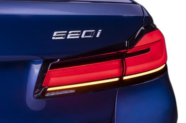 Khung viền đen và đồ họa hình chữ L giúp đèn hậu của BMW 5 Series mới tăng thêm vẻ trực quan và khiến cho phần đuôi xe trở nên bề thế hơn. Đèn sau và đèn phanh của xe được tích hợp vào một bộ chiếu sáng chung, tạo thành thiết kế 3D đầy nổi bật.