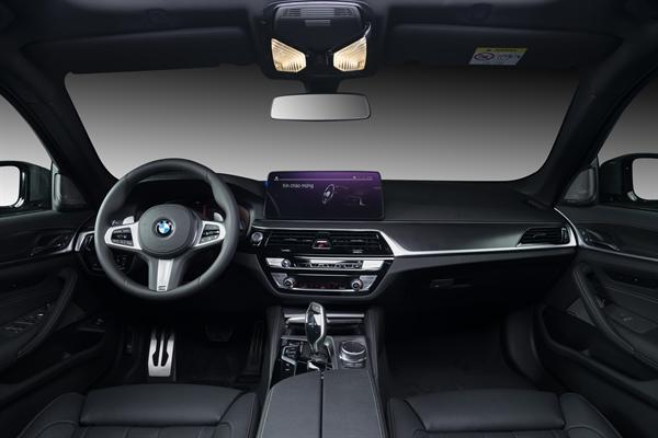 Phiên bản 520i M Sport và 530i M Sport còn sở hữu tính năng sưởi và làm mát cho ghế lái. Ảnh: TL.