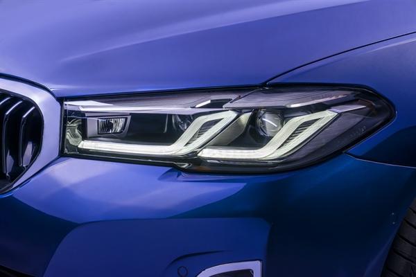 Đèn pha của BMW 5 Series mới nổi bật với các dải LED hình chữ L được bố trí cạnh nhau tạo nên đồ họa ánh sáng chính xác và hiện đại, đây là thiết kế tương tự như đàn anh BMW 7 Series. Ảnh: TL.