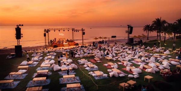 """Đại tiệc âm nhạc hoàng hôn trên biển đầu tiên tại Việt Nam """"Wow Ocean Show"""" Phú Quốc được đưa về Vinhomes Ocean Park."""