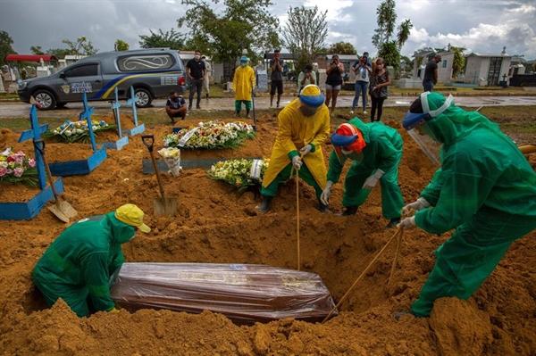 Tại Brazil, thảm họa COVID-19 làm hàng nghìn người chết mỗi ngày. Ảnh: AFP.