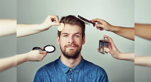 Năm 2013, nhà thiết kế thời trang cao cấp Tom Ford là một trong những người đầu tiên công bố bộ sưu tập các sản phẩm chải chuốt dành cho nam bao gồm bộ dưỡng lông mày và bộ che khuyết điểm. Ảnh: Fox Business.