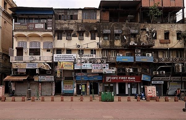 Các cửa hàng đóng cửa ở New Delhi hôm 23.4. Ảnh: Bloomberg.