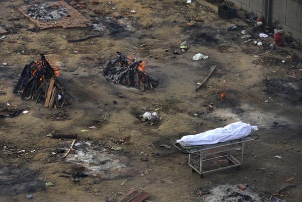 Nhiều giàn hỏa táng đã được chuyển thành lò thiêu tập thể dành cho nạn nhân COVID-19 ở New Delhi, Ấn Độ. Ảnh: AP.
