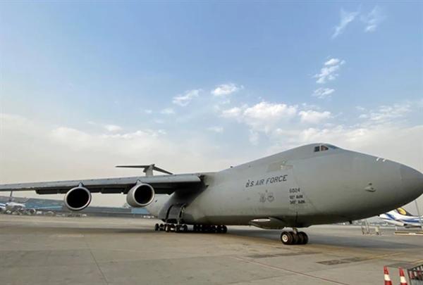 Chuyến bay hỗ trợ đầu tiên của chính phủ Mỹ chở hàng viện trợ khẩn cấp COVID-19 đã hạ cánh xuống Ấn Độ vào sáng 30.4. Ảnh: Business Today.