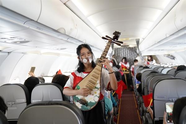 Trong trang phục mang màu cờ đỏ, sao vàng, các nghệ sĩ trẻ Vietjet đã dành tặng khách hàng các ca khúc trẻ trung ca ngợi thiên nhiên, đất nước, con người bằng các nhạc cụ truyền thống của dân tộc.