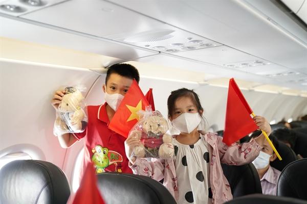 Hàng trăm hành khách trên chuyến bay VJ455 từ thủ đô Hà Nội tới Đảo Ngọc Phú Quốc đã hòa mình vào không gian âm nhạc và còn nhận được những món quà lưu niệm từ phi hành đoàn Vietjet.