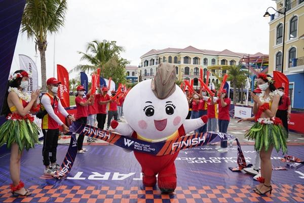 Máy bay Amy vừa tham gia chạy vừa cổ vũ nhiệt tình cho tất cả các vận động viên và cũng đã về đích trong tiếng cổ vũ, reo hò của các bạn cổ động viên trong trang phục thể thao Vietjet.