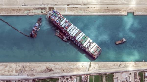 Tàu container khổng lồ Ever Given mắc cạn ở kênh đào Suez, chặn tuyến đường thủy trọng điểm nối Đông và Tây. Ảnh: Reuters.