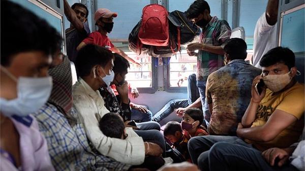 Trong những tuần gần đây, những người lao động nhập cư phải trở về làng của họ trong những chuyến tàu, xe buýt quá tải. Ảnh: The Hindu.