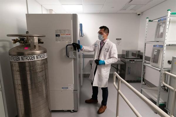 Tủ lạnh lưu trữ các liều vaccine COVID-19 tại bệnh viện Mount Sinai Queens ở New York, Mỹ. Ảnh: AP.