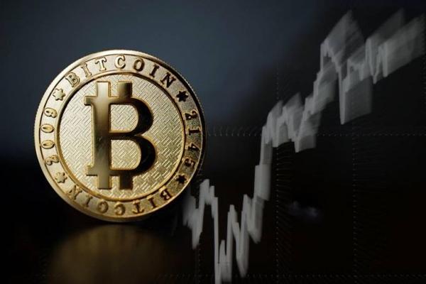 Sự tăng giá liên tục của Bitcoin cho thấy tiền ảo đang thu hút rộng rãi như một loại hình đầu tư. Ảnh: TL.